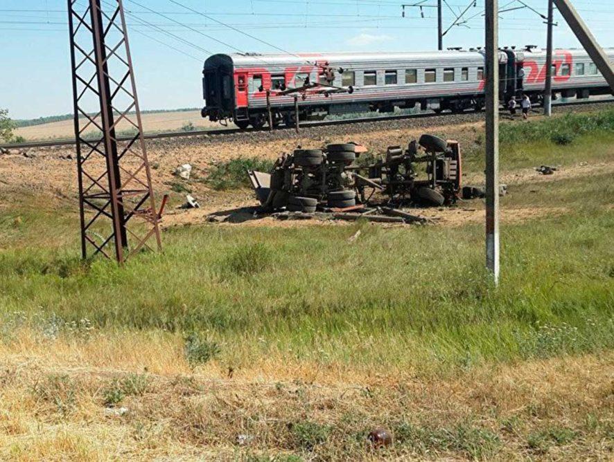 Нарушение водителем ПДД на переезде в Ростовской области стало причиной ДТП с пассажирским поездом
