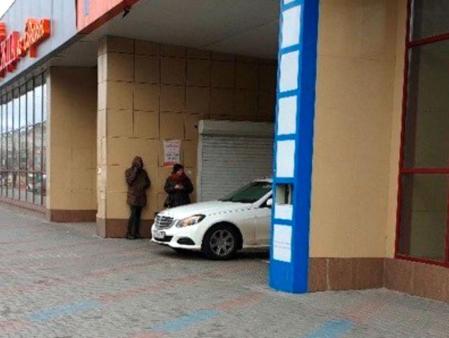 В Воронеже оштрафовали водителя Mercedes после публикации фото нарушения ПДД в Сети