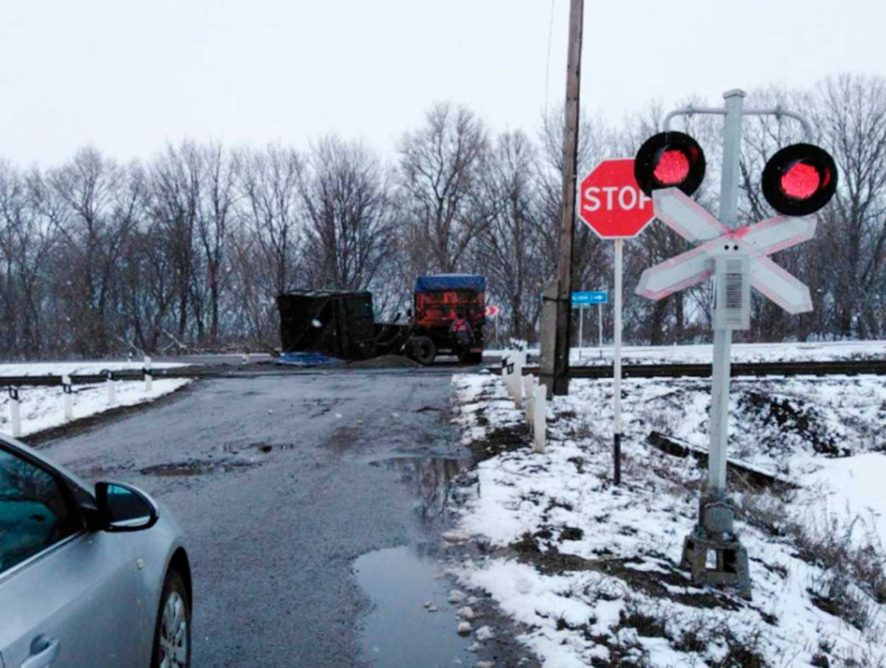 В Воронежской области КамАЗ столкнулся с маневровым локомотивом