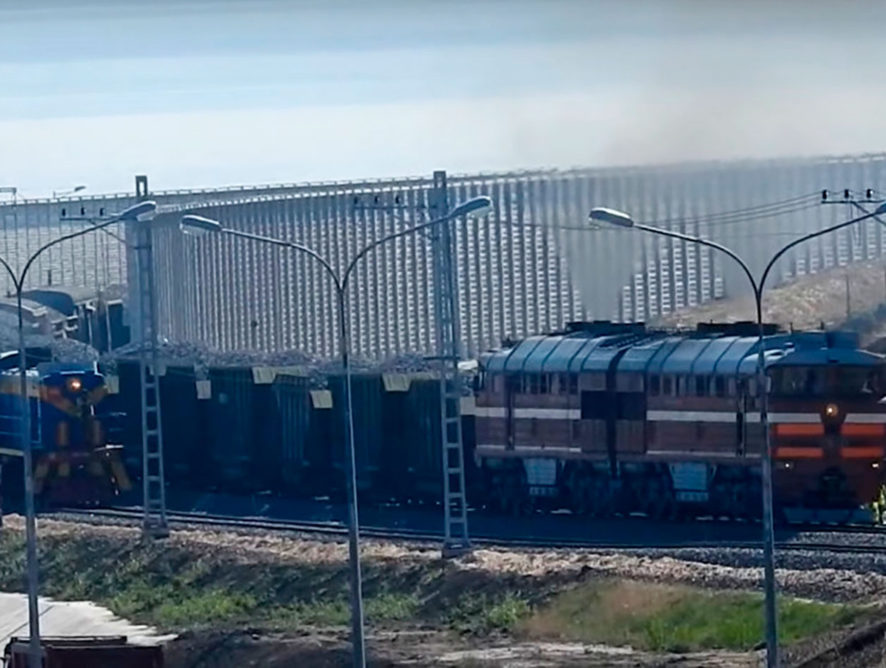 Первый грузовой состав проехал по Крымскому мосту