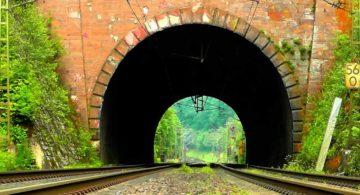 В тоннелях Севастополя испытали двухэтажный поезд