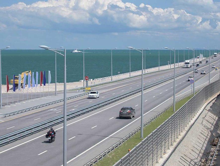 Поток машин через Крымский мост сократился в 2,5 раза